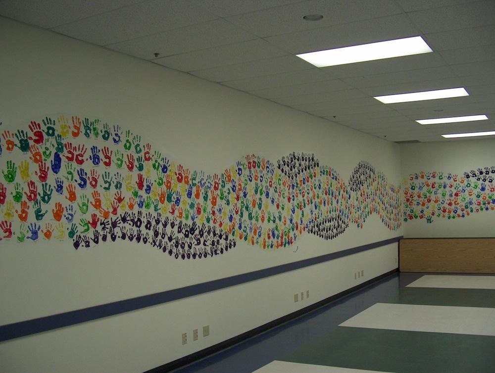 Фотографии Виннипега. Gray Academy. Выпускники школы оставляют отпечаток ладошки на стене актового зала.