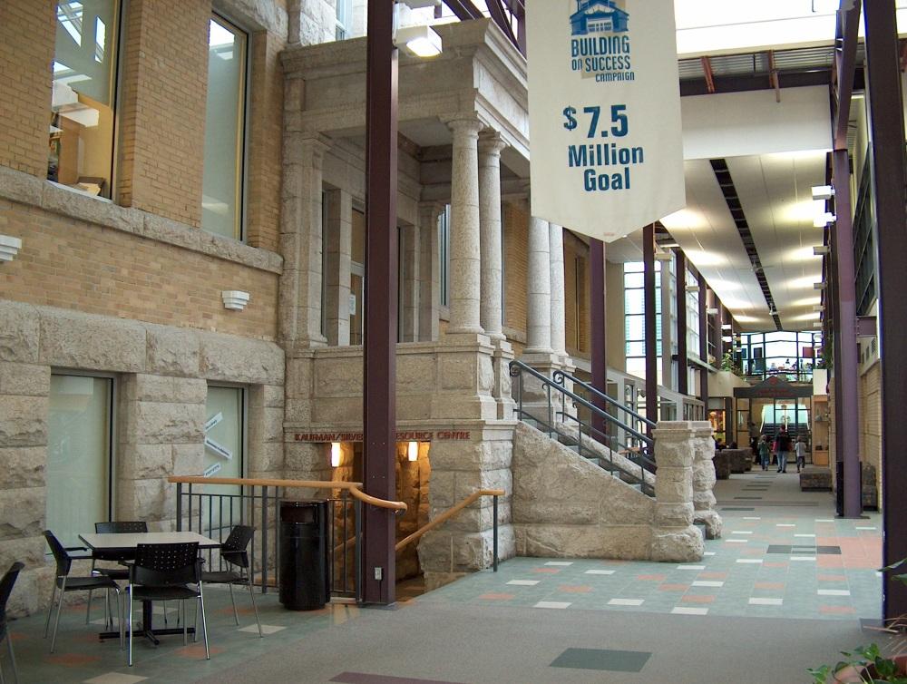 Фотографии Виннипега. Gray Academy. Пассаж. Внутренний вход в корпус старшеклассников и в библиотеку.
