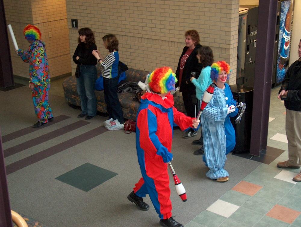 Фотографии Виннипега. Gray Academy. Пассаж. Праздничное шествие школьников в честь праздника Пурим открывает переодетое школьное начальство.