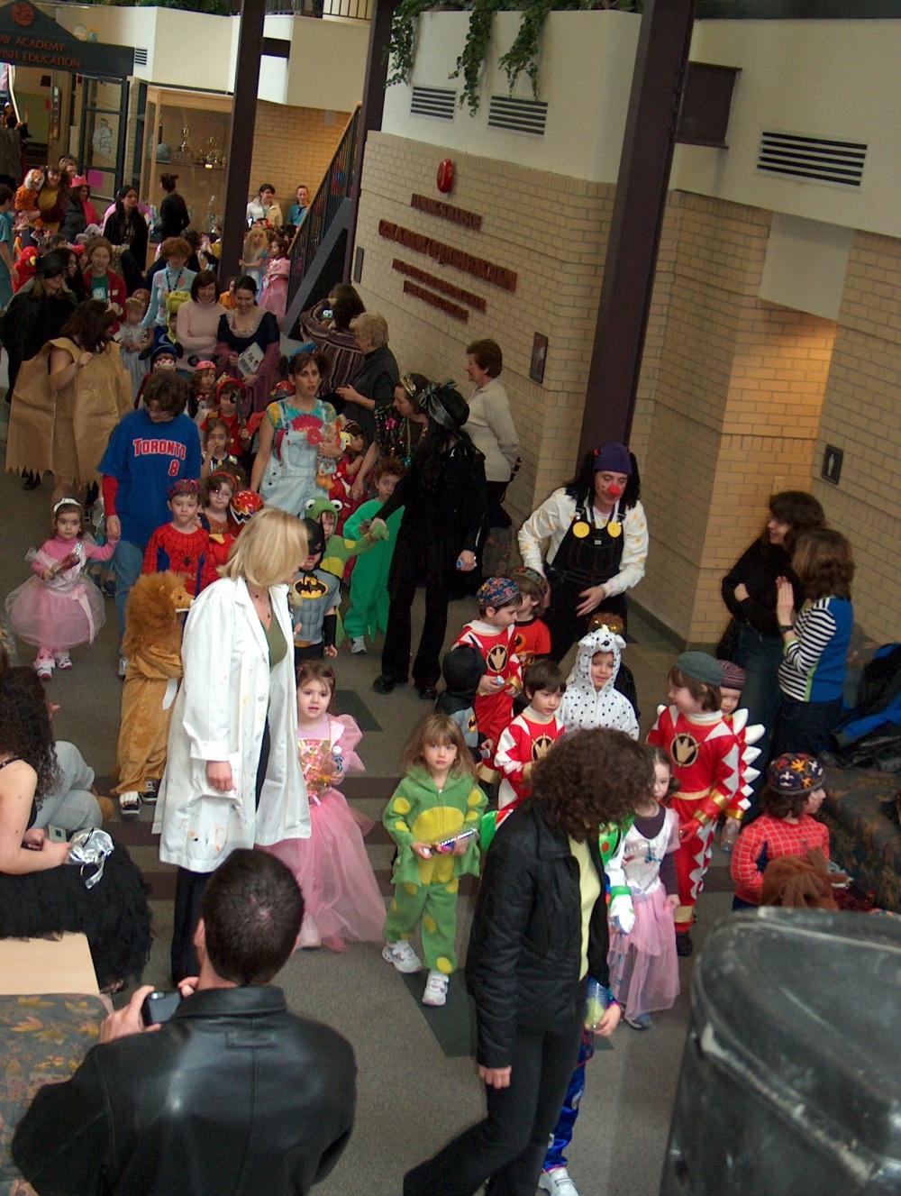 Фотографии Виннипега. Gray Academy. Пассаж. Праздничное шествие школьников в честь праздника Пурим.