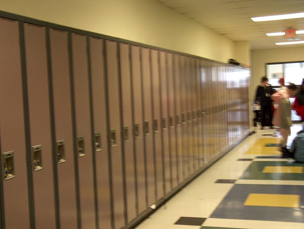 Фотографии Виннипега. Gray Academy. В таких запирающихся шкафчиках ученики постарше оставляют свои персональные вещи.