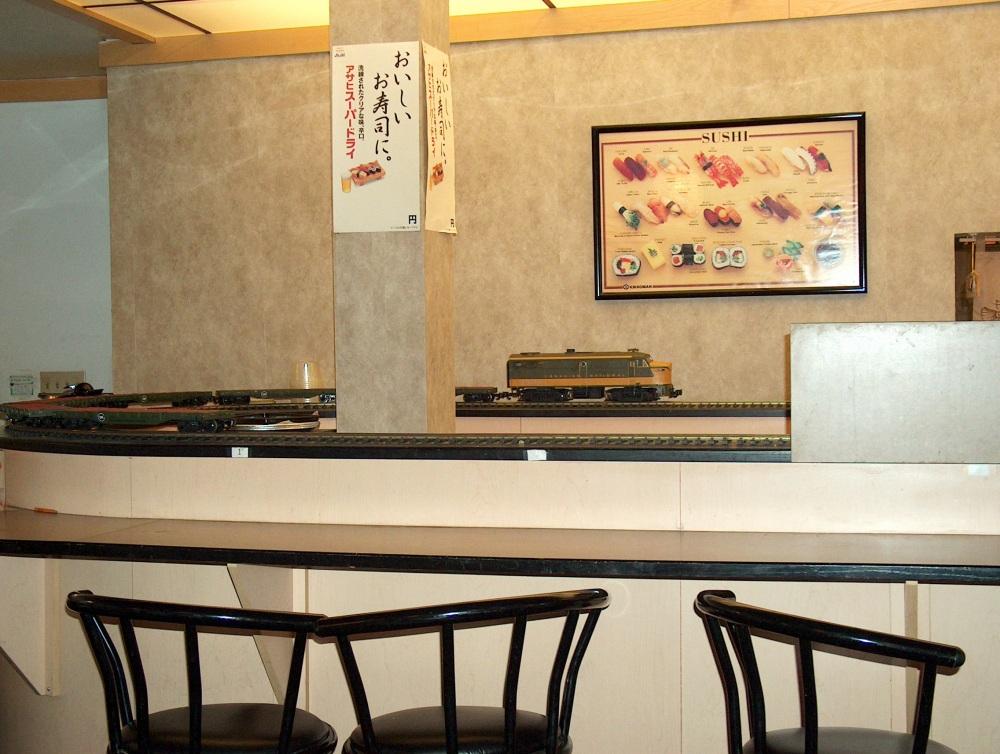 Фотографии Виннипега. Forks. Sushi Train. Модель поезда развозит порции суши.