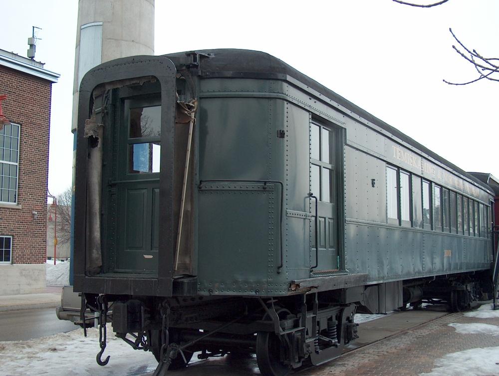 Фотографии Виннипега. Вот такие старые вагончики расставлены на Форкз. Здесь торгуют сладостями, например.