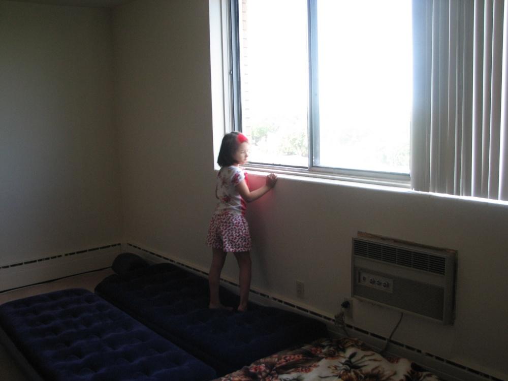 Фотографии Виннипега. Первый утро. Дочка рассматривает Канаду.